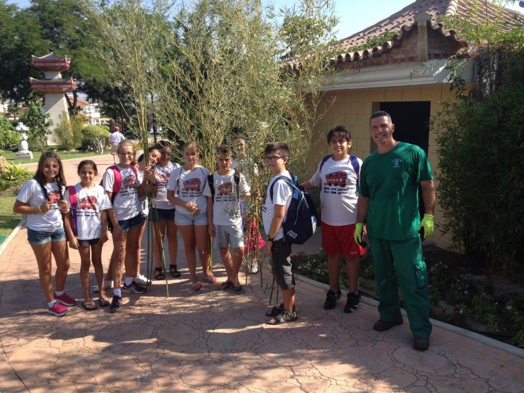 Alejandro el jardinero con los niños
