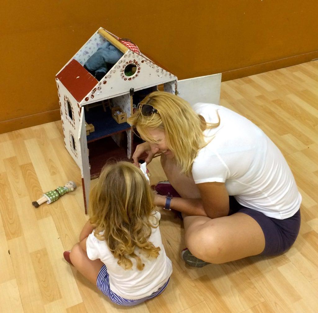 jugando con la casita de muñecas