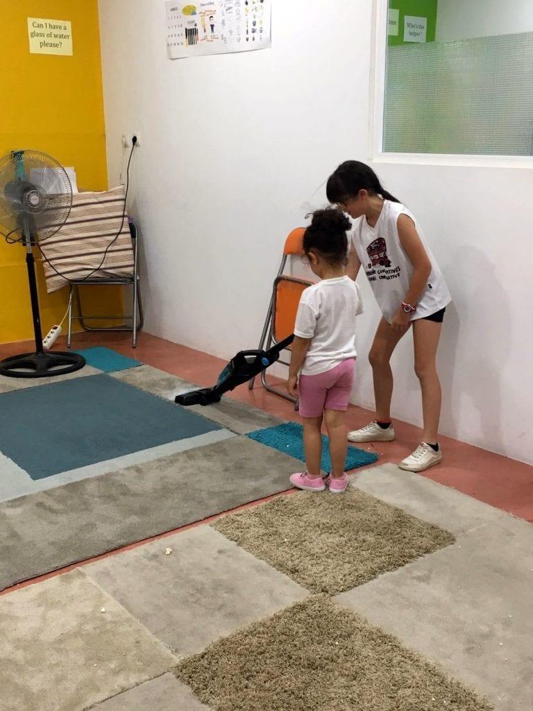 Alexia limpiando la sala de cine